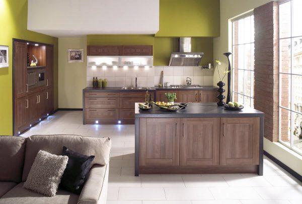 Мебель цвета капучино и оливковая отделка стен кухни