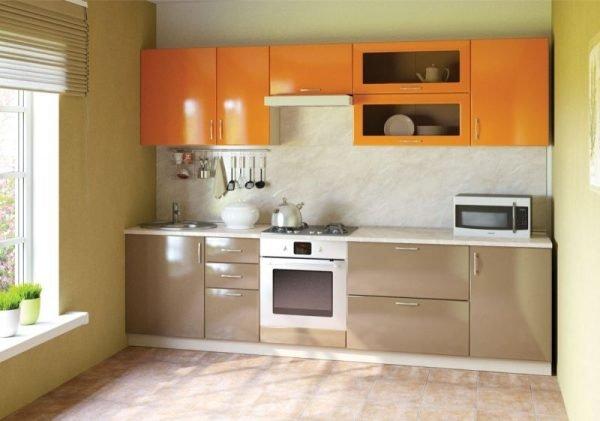 Оранжево-коричневый гарнитур на небольшой кухне