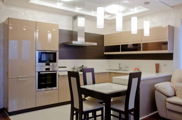 Глянцевый гарнитур цвета капучино на кухне