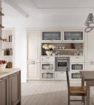 Мебель цвета капучино на большой белой кухне