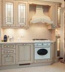 Узорчатые шторы цвета капучино на светлой кухне