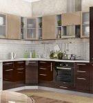Двухцветный гарнитур на кухне в частном доме