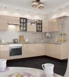 Мебель цвета капучино на кухне с тёмным полом