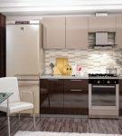 Двухцветный гарнитур и тёмные шторы на кухне