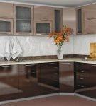 Двухцветный современный гарнитур на маленькой кухне