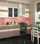 Коралловый фартук и светлые шкафы на кухне