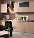 Тёмный стол и светлый гарнитур на кухне
