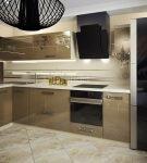 Необычная тёмная люстра на кухне со стильным гарнитуром