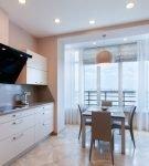 Светлая мебель на небольшой кухне с обеденным столом