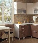 Угловой гарнитур цвета капучино на кухне