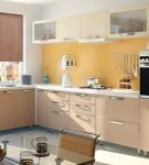 Яркий жёлтый фартук на кухне со светлым гарнитуром