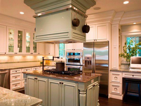 Плита в центре большой кухне