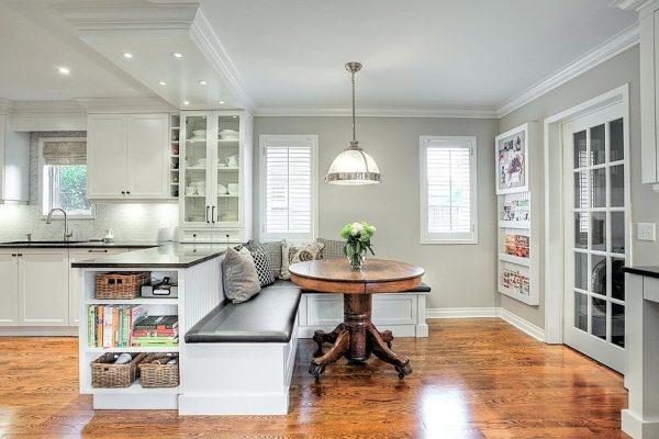 Компактный диван и стол в кухне-гостиной