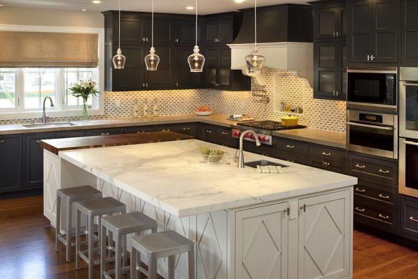Белый стол и тёмный гарнитур на кухне