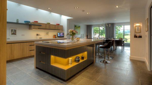 Кухонный гарнитур и остров-стол в частном доме