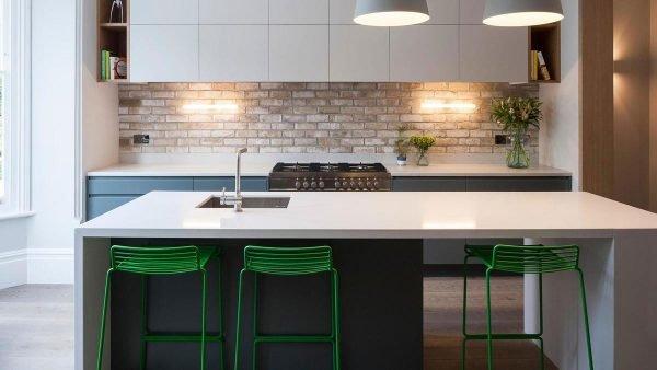 Зелные барные стулья на кухне