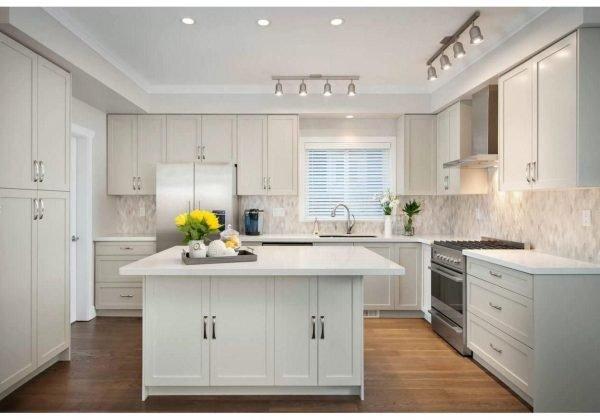 Потолок со светильниками на кухне с островом