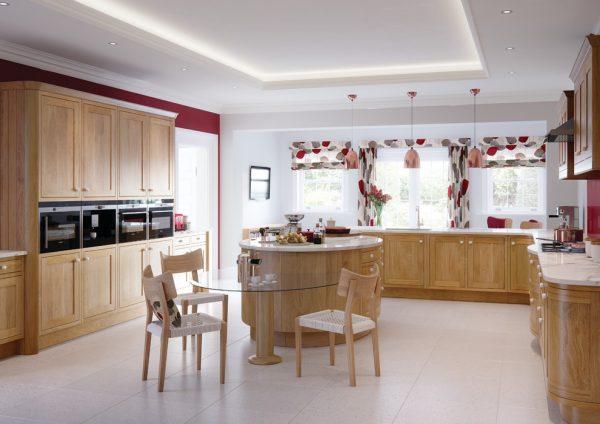 Яркие шторы на кухне с изящным островом