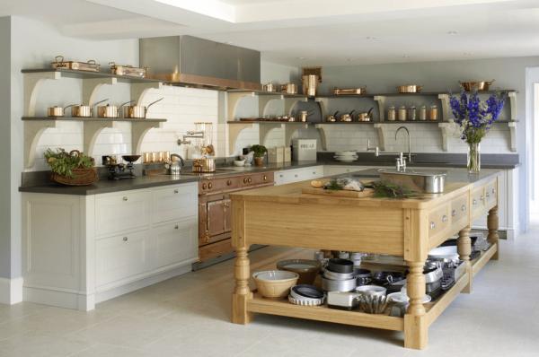Просторная кухня с деревянным столом в центре