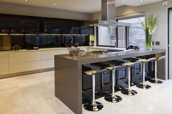 Стильная мебель на кухне с дизайном модерн