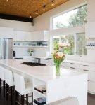Большой белый стол-остров на кухне