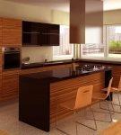 Контрастная мебель на небольшой кухне