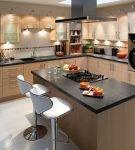 Мебель контрастных цветов на кухне с островом