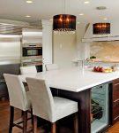 Белые стулья и столешница на кухне