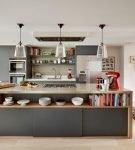 Длинный стол-остров на кухне