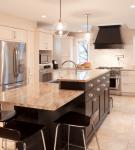 Обеденный и рабочий стол-остров на кухне