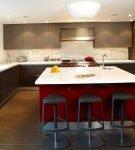 Просторная кухня с большим островом яркого цвета