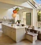 Яркая люстра на кухне с островом