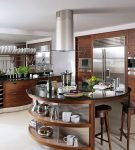 Удобный остров на большой кухне