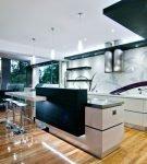Контрастное оформление потолка на кухне с островом