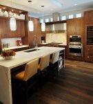 Коричневая мебель на кухне с островом