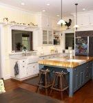 Небольшой остров на кухне со свисающими люстрами