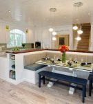 Яркий остров с зоной отдыха в кухне-гостиной