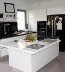 Чёрно-белая мебель на кухне с островом