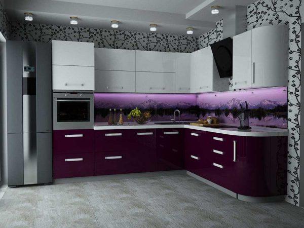 Бело-фиолетовая кухня с узорами на стенах