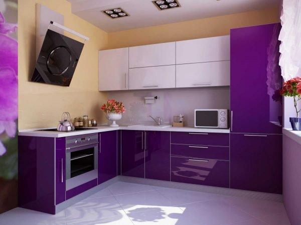 Бело-фиолетовая мебель на кухне в квартире