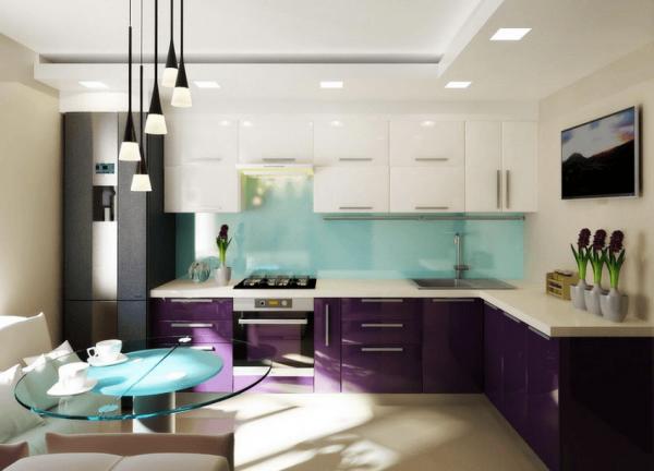 Двухцветный гарнитур на небольшой кухне