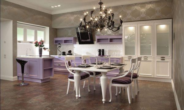 Классический интерьер кухни в бело-фиолетовых цветах