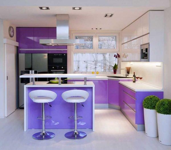 Кухня в стиле хай-тек с фиолетовыми и белыми деталями