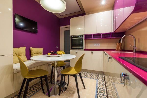 Яркая мебель на фоне фиолетовой стены на кухне