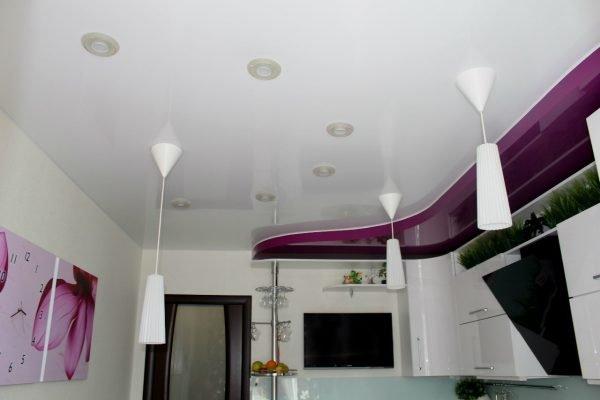 Двухцветный фиолетово-белый потолок на кухне