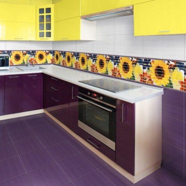 Фиолетовая керамическая плитка на кухне с ярким фартуком