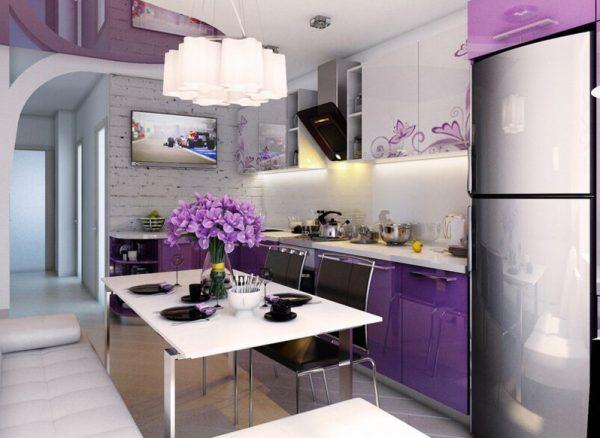 Ваза с цветами на небольшой кухне с фиолетовым гарнитуром