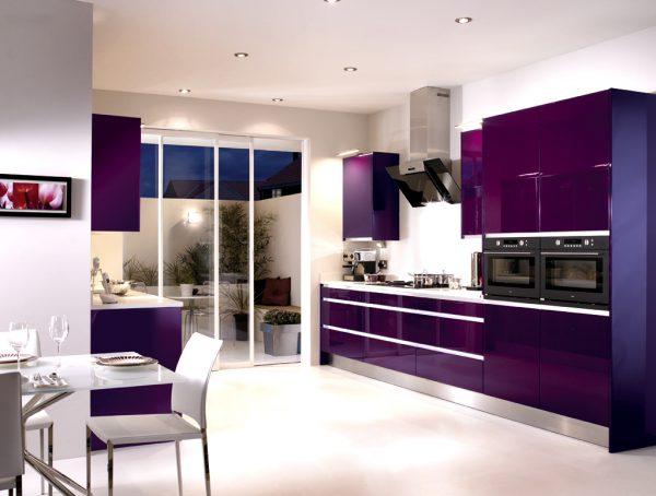 Фиолетовый гарнитур в кухне-столовой с белым потолком и полом