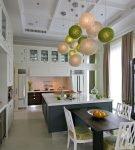 Стильное освещение в просторной кухне