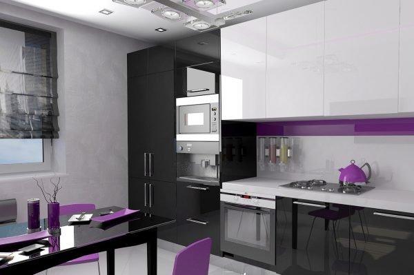 Чёрно-белая мебель на кухне с фиолетовым декором